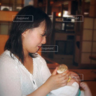 食事のテーブルに座っている人の写真・画像素材[732534]