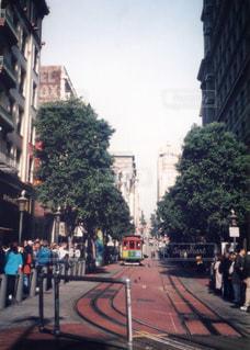 街の通りを歩いている人のグループ - No.734011
