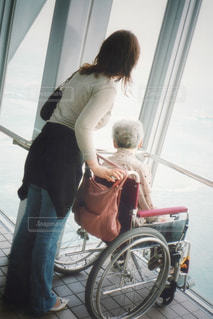 男と女の自転車の横に立っています。 - No.746662