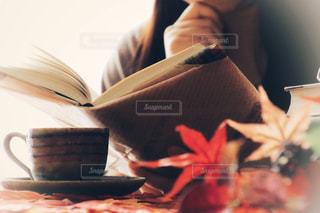 テーブルに座っている人の写真・画像素材[767303]