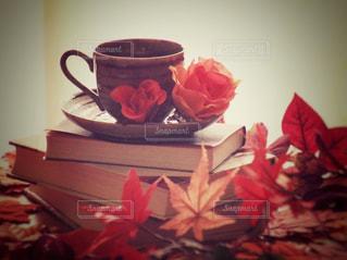 一杯のコーヒーとテーブルの上の花の花瓶の写真・画像素材[767317]