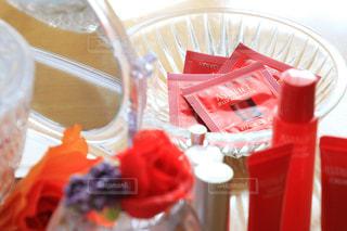 テーブルの上の赤いプラスチック カップ - No.769470