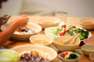 テーブルの上に食べ物のボウル - No.775242