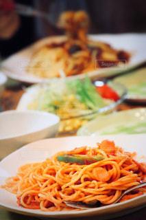 近くのテーブルの上に食べ物のプレートの写真・画像素材[788604]