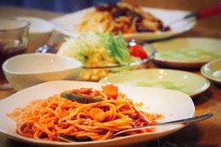 テーブルの上に食べ物のプレートの写真・画像素材[788607]