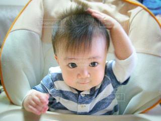 テーブルに座っている小さな子供の写真・画像素材[789094]