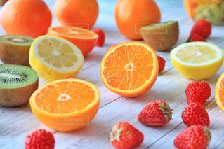 テーブルの上のスライス オレンジのグループの写真・画像素材[790385]