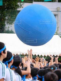 観衆の前でサッカー ボールを見ている人のグループ - No.808158