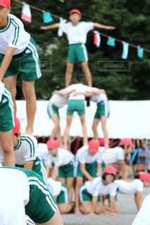 サッカー ボールを見ている人のグループの写真・画像素材[808159]