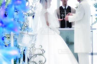 カメラにポーズ鏡の前に立っている男 - No.820784