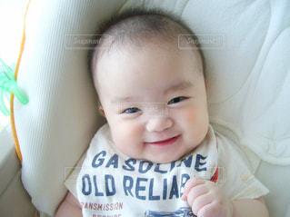 ベッドの上に座っている赤ちゃんの写真・画像素材[854843]