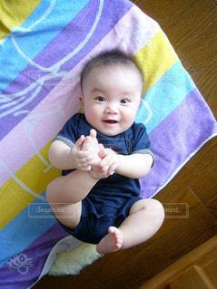 ベッドの上に座っている赤ちゃんの写真・画像素材[854858]
