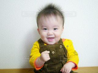 赤ん坊を持っている人の写真・画像素材[854861]