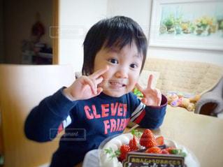 テーブルに座っている小さな子供の写真・画像素材[854886]