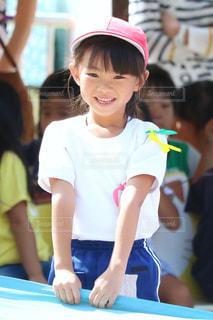 青いシャツの女の子の写真・画像素材[854901]