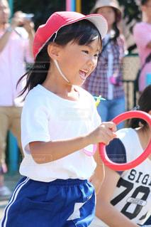 観衆の前で立っている女の子の写真・画像素材[854906]