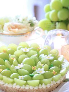 テーブルの上に食べ物の写真・画像素材[856043]