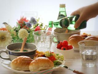 テーブルの上に食べ物のボウルの写真・画像素材[905904]