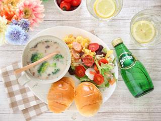 テーブルの上に食べ物のプレートの写真・画像素材[905905]