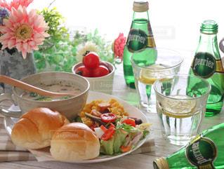 ボトル入りワインとテーブルの上に食べ物のボウル - No.905907