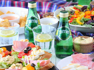 テーブルな皿の上に食べ物のプレートをトッピングの写真・画像素材[905937]