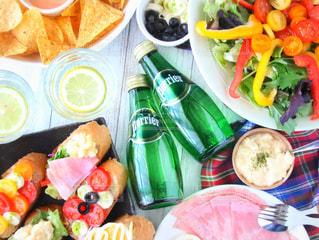 テーブルの上に食べ物のトレイの写真・画像素材[905939]