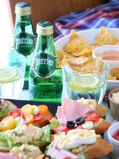 料理とテーブルの上の瓶のプレートの写真・画像素材[905942]