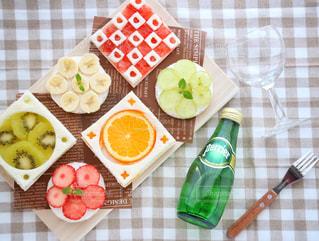テーブルの上に食べ物の写真・画像素材[912675]
