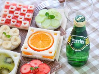 テーブルの上に食べ物の写真・画像素材[912676]