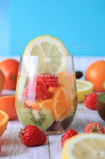 テーブルの上の果物とケーキのスライスの写真・画像素材[924711]