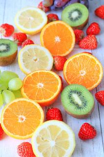 テーブルの上のスライス オレンジのグループの写真・画像素材[924712]