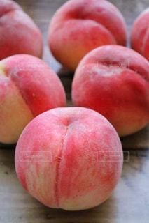 テーブルの上に座って赤いリンゴ - No.924717