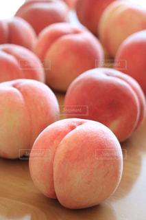 近くに赤いリンゴのアップの写真・画像素材[924718]