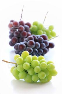 テーブルの上の果物のグループの写真・画像素材[924724]