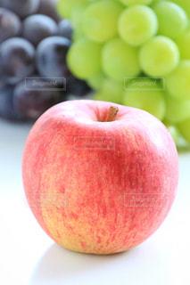 近くに赤いリンゴのアップの写真・画像素材[924725]