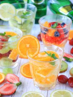 テーブルの上のオレンジのボウルの写真・画像素材[924741]