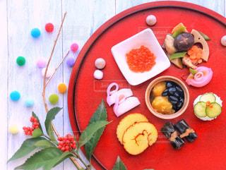テーブルの上に食べ物のプレートの写真・画像素材[948611]