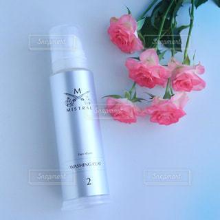 ピンクの花で満ちている白い花瓶の写真・画像素材[977963]