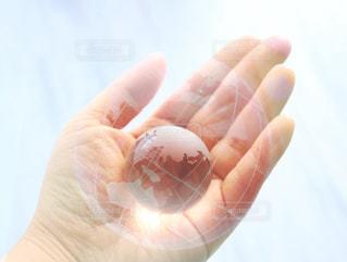 彼の手のオブジェクトを持っている手の写真・画像素材[994611]