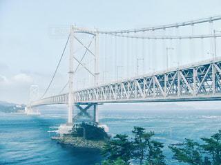水の体の上の橋の写真・画像素材[1041273]