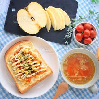 板の上に食べ物のボウル - No.1045567
