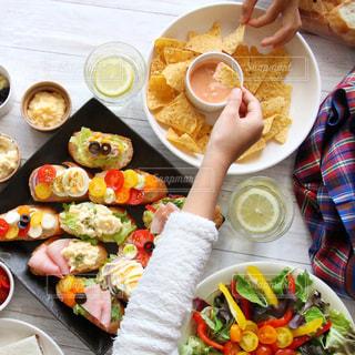 板の上に食べ物の束の写真・画像素材[1045574]
