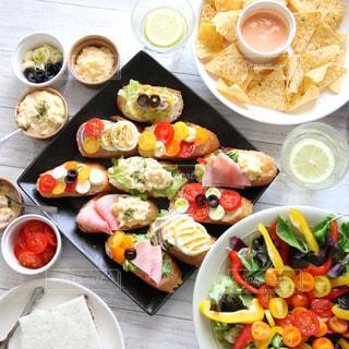 テーブルの上に座って食品の束の写真・画像素材[1045576]