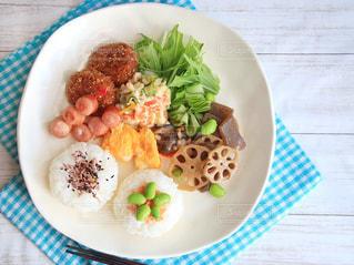 テーブルの上に食べ物のプレートの写真・画像素材[1045581]