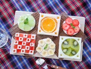 テーブルの上に食べ物の写真・画像素材[1045759]