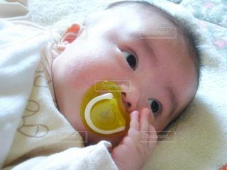 赤ちゃんのベッドの上で横になっています。の写真・画像素材[1046763]