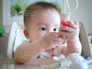 テーブルの上に座って赤ちゃんの写真・画像素材[1046767]