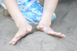 地面に座っている赤ちゃん - No.1047947