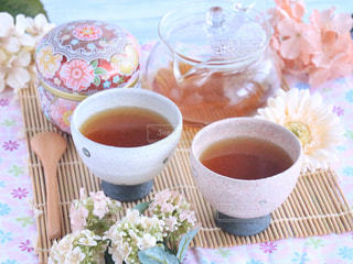 テーブルの上のコーヒー カップの写真・画像素材[1053770]