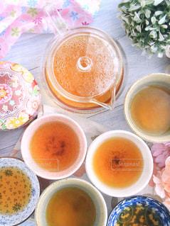 テーブルの上に食べ物の種類で満たされたボウルの写真・画像素材[1053826]